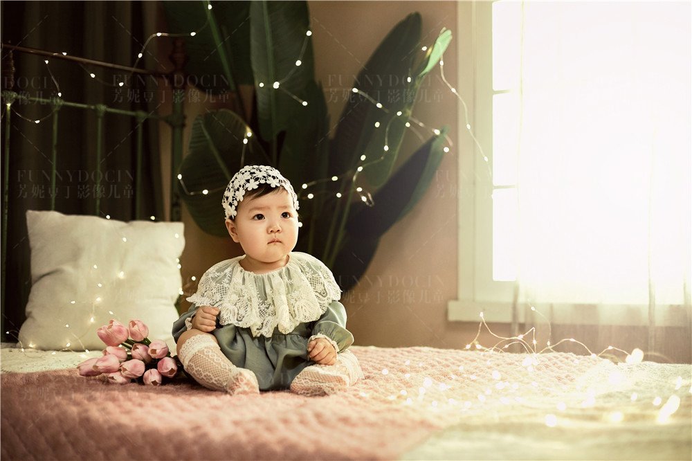 芳妮豆丁儿童摄影 这组暖系的百天照,超级喜欢,表情太萌了!
